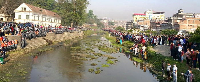 Volunteers line up on the Bagmati River bank