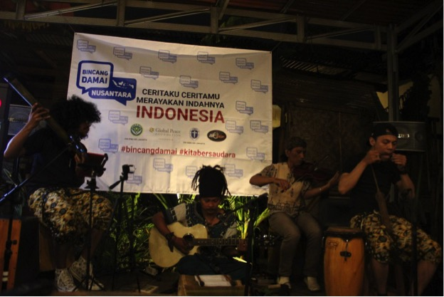 Musicians give cultural performances during Indonesia peace talks