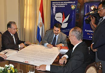 "Paraguayan VP Federico Franco signs the ""Ratification of the Democratic Process"" Declaration"