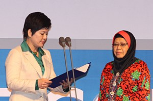Hon. Young Sun-Song(left) presents the 2011 Family Award to Tan Sri Zaleha Ismail of Malaysia at GPC 2011 at the Global Peace Awards in Seoul, Korea.
