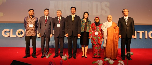 Global Peace Foundation Chairman, Dr. Hyun Jin Moon, and Mrs. Jun Sook Moon with the 2011 Global Peace Award winners at 2011 GPC.