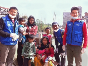Rise Nepal volunteers deliver clean water and food to family