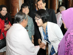 Scretary-General of Global Peace Women, Mrs. Shin Sook Kim greets Mother Mangalam, President and Co-Founder of the Pure LIfe Society (PLS) at the Global Peace Women Inauguration in Malaysia 2012.